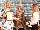 И. Б. Михнова, вице-президент РБА, награждает Т. В. Кобелеву, директора Центральной городской библиотеки Сургута, координатора проекта «Большое чтение на 60-й параллели»